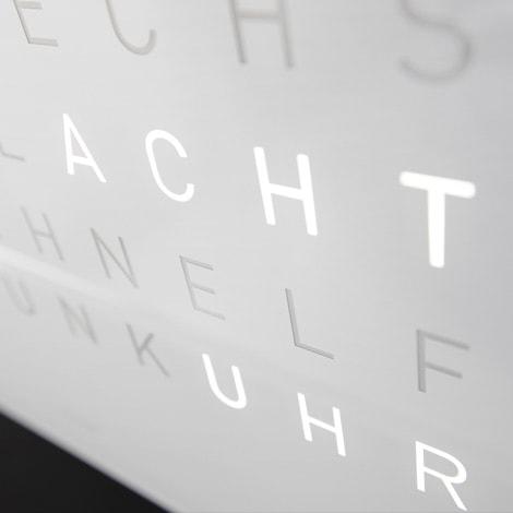 Qlocktwo – die Wanduhr für die, die lesen können – Uhrsachen Bern